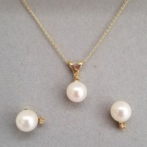 Delicate gold, diamond, and pearl set